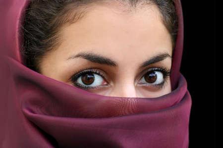 middle eastern clothing: Ritratto di una giovane ragazza araba in una sciarpa