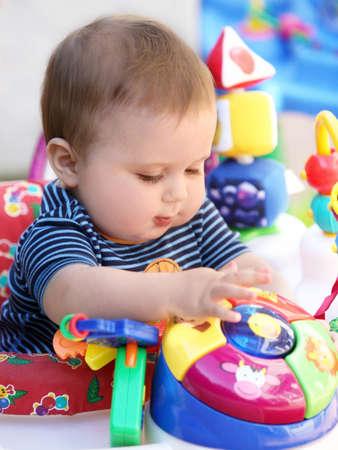 Schattige baby met blauwe ogen afspelen in zijn rollator Stockfoto - 4586252