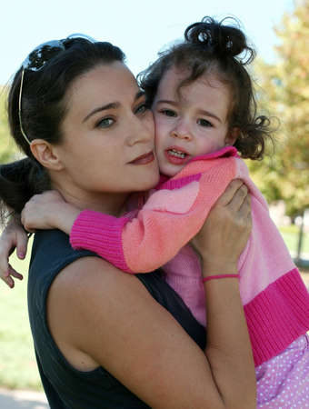 An outdoor portrait of a mother and her crying daughter Stockfoto