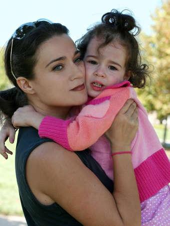 Een outdoor portret van een moeder en haar dochter huilen Stockfoto - 4611052