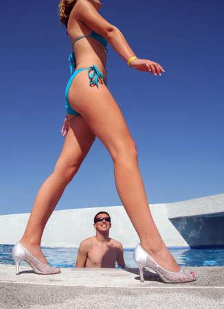 piernas hombre: Un ni�o en la piscina mirando a una chica caminando por
