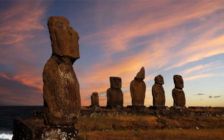 moai: Una plataforma con estatuas en la Isla de Pascua Foto de archivo