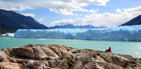 A woman looking at Perito Moreno Glacier, Patagonia, Argentina Stockfoto