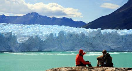 ペリトモレノ Moreno 氷河、パタゴニア、アルゼンチンで探しているカップル 写真素材