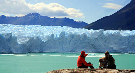 Paar te kijken naar Perito Moreno gletsjer, Patagonië, Argentinië Stockfoto - 4882785
