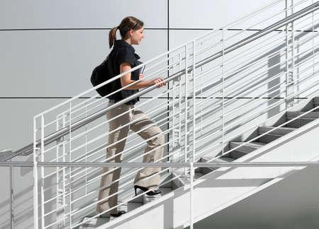 계단을 걸어가는 여자 대학생 스톡 콘텐츠