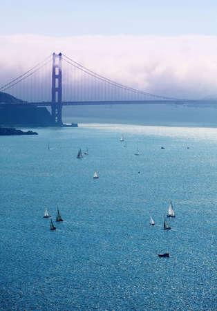 golden gate: Vista de un puente Golden Gate y los barcos en la bah�a