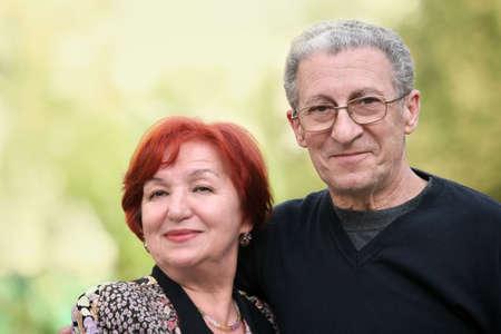 pareja madura feliz: Un retrato de un joven feliz maduro