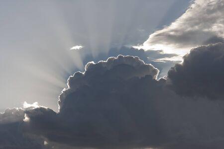 Halo A napsugarak megjelenő közlemények drámai felhők Stock fotó