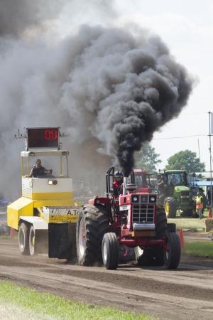 Zelhem, Hollandia - június 17, 2012: Fekete füst International traktor kezdődő Super-sorozat Tractor Húz versenyen Oosterwijk közelében Zelhem, Hollandia