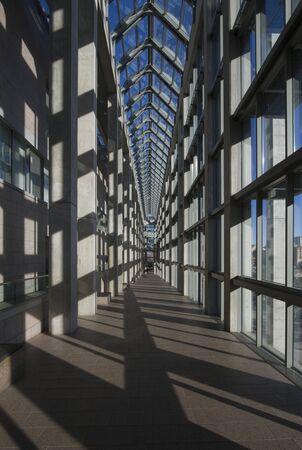 Kanada, Ottawa, december 15., 2012 - Főbb folyosón a Kanadai Nemzeti Galériától, mintás ablakok, üveg mennyezet és gránit, mély perspektívát nullára
