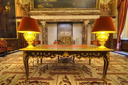 Amszterdam, Hollandia, április 7, 2013: íróasztal és szék lemondását Beatrix királynő a Royal Palace Amsterdam