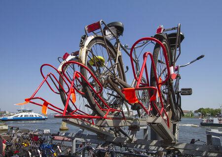 Kerékpárok a második szint Amszterdamban ciklusban parkolási állomáson el kell távolítani, mert a lejárt parkolási idő