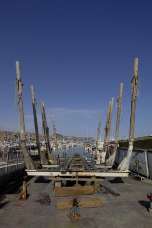 Üres drydock Fisher csónak a régi kikötőben a San Remo, Olaszország
