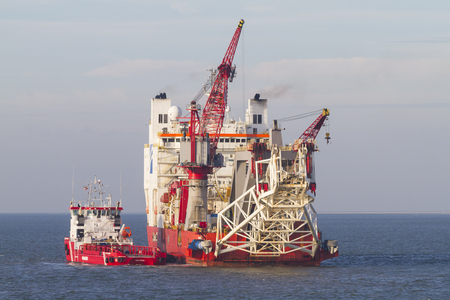 Pipelayer hajó, elkötelezett laikus olaj- és gázvezetékek sekély és mély vízben, keres menedéket a rossz idő Marsdiep közelében Texel, csatlakozott a szolgáltatás hajó