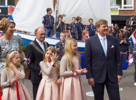 Király Willem Alexander, a Holland gyengéden mosolyogva feleségével együtt királynő Maxima és három lánya, a fiatal hercegnők