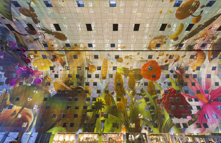 Markthal Rotterdam met enorme kunstwerk Hoorn des Overvloeds van Arno Coenen op het plafond