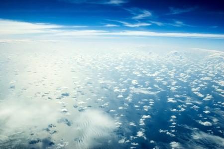 skyscape: Skyscape preciosas sobre el Oc�ano �ndico. Azul cielo con muchas nubes solo abajo, justo por encima de agua del oc�ano. Foto de archivo