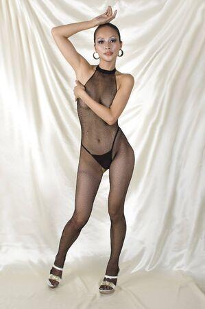 Sexy chica de Asia en Body, sesión de fotos eróticas con chica muy guapa, buena forma, la expresión de la cara amable. Cubrirse suavemente desnudez. Foto de archivo - 4360619