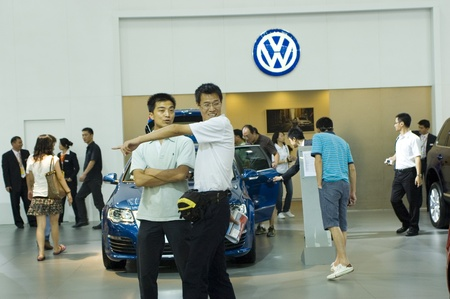 bewonderen: CHINA, SHENZHEN - JUNE 11: Visitors admire cars at Hong Kong - Shenzhen - Macao Car Show June 11, 2009 in Shenzhen, China. Redactioneel