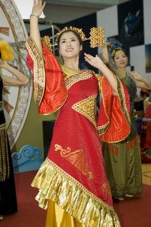 ni�as chinas: Feria Cultural CHINA, GUANGDONG, SHENZHEN - 17 de mayo de 2009: China: las ni�as chinas con encanto en trajes tradicionales promoci�n la provincia de Guangxi.