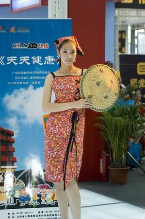 ni�as chinas: CHINA, GUANGDONG, SHENZHEN - 18 de mayo de 2009: Feria China de industrias culturales: beautiful girls chinas de la provincia de Shanxi, promoci�n de su regi�n.  Editorial