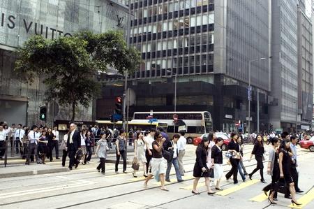 going out: HONG KONG - 29 ottobre: Pausa pranzo nella citt� moderna, cinesi, persone di uscire a ristoranti, lasciando loro ufficio a mezzogiorno del 29 ottobre 2008 a Hong Kong.