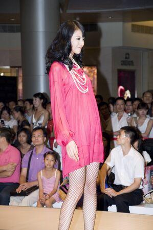 promover: CHINA, SHENZHEN - SEPTEMBER 25: Fashion Week, models promote European brands, September 25, 2009 in Shenzhen, China. Editorial