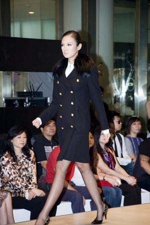 promover: CHINA, SHENZHEN - SEPTEMBER 27: Fashion Week, models promote European brands, September 27, 2009 in Shenzhen, China.