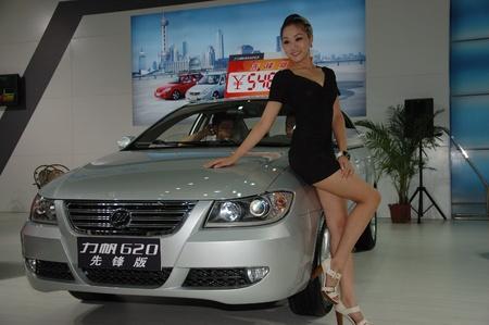Chine, SHENZHEN - 14 juin : Shenzhen et Hong Kong-Macao Auto Show, modèle présente une voiture chinoise le 14 juin 2010 à Shenzhen.