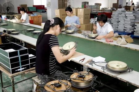 lopende band: CHINA, SHENZHEN - 7 mei: Shenzhen klok fabriek, bijna alle werelds klok zijn gemaakt in Shenzhen, factory tour op 7 mei 2010 in Shenzhen.