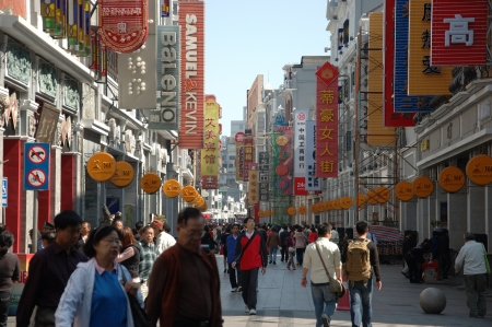 CANTON, CHINA - OCTOBER 28: Shangxiajiu Pedestriant Street in Guangzhou on October 28, 2010. Famous shopping street with many shops and restaurants was reconstructed for Asia Games 2010.   新聞圖片