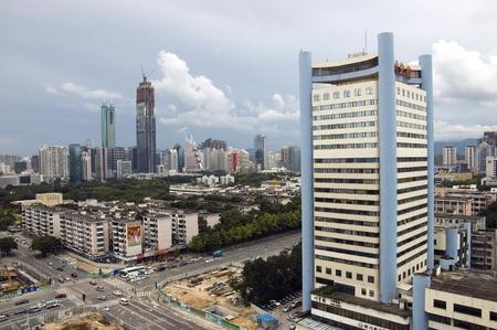 hing: SHENZHEN, CHINA - el 14 de septiembre: Paisaje urbano con Sichuan Hotel el 14 de septiembre de 2010. Vista de la ciudad general del distrito de Luohu con dos rascacielos m�s altos.
