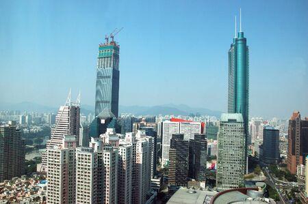 hing: SHENZHEN, CHINA - el 31 de octubre: Dos, rascacielos m�s altos en Shenzhen el 31 de octubre de 2010. Shun Hing Square, llamado tambi�n como Dewang - 384 metros y torre de finanzas Kingkey ? 441 metros, a�n en construcci�n. Editorial