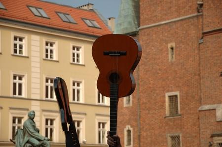 recolectar: WROCLAW, Polonia - el 30 de abril: Guitarras r�cord Guinness, los 5601 participantes reunir�n en frente del Ayuntamiento de la ciudad de Wroclaw el 30 de abril de 2011 para batir r�cord de participaci�n masiva de la guitarra.   Editorial