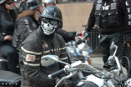 WROCLAW, POLAND - April 16: Motorcycle parade and season opening in Poland. Riders gather to enjoy new season and collect blood for children in hospitals on. Unknown rider in mask April 16, 2011. 新聞圖片