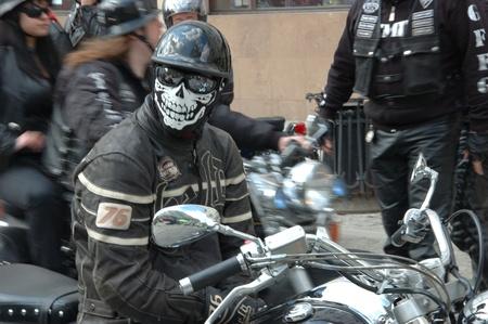 recolectar: WROCLAW, Polonia - el 16 de abril: Desfile de motocicleta y temporada apertura en Polonia. Jinetes se re�nen para disfrutar de la nueva temporada y recoger la sangre de los ni�os en los hospitales en. Jinete desconocido en m�scara de 16 de abril de 2011.