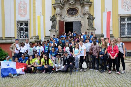 bandera de panama: Trzebnica, Polonia - 25 de julio: Día Mundial de la Juventud, grupo de peregrinos con la bandera de Panamá visitar St. Jadwiga santuario el 25 de julio de 2016 Trzebnica.