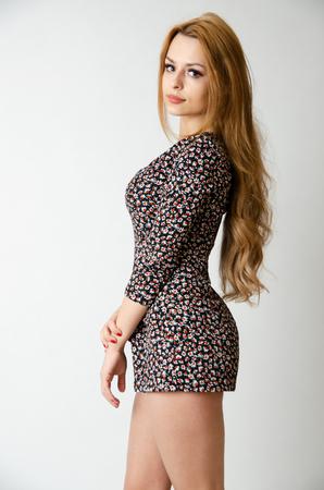 Fille bien faite de Pologne. Jeune modèle féminin qui pose en studio avec un fond blanc.