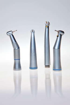Herramientas de taladro dental aisladas sobre fondo blanco.