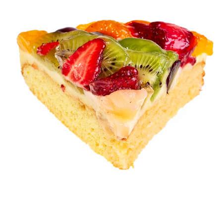 segmento: Segmento de pastel de frutas aislado sobre fondo blanco. Foto de archivo