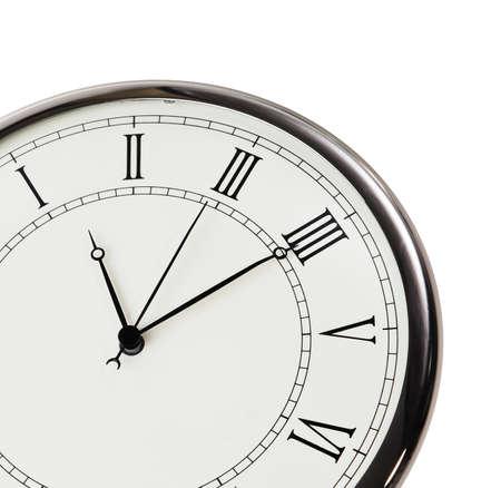 old macro: Reloj retro con el primer d�gitos romanos aislados sobre fondo blanco.