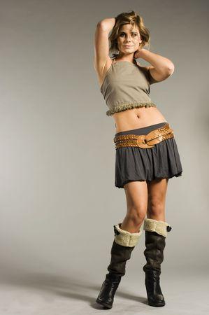 falda corta: hermosa chica rubia llevaba falda corta  Foto de archivo