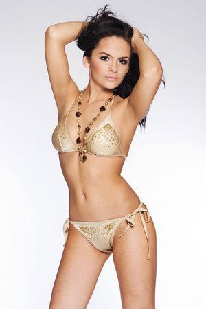 morena sexy: bella y sexy morena muchacha llevaba en bikini fondo blanco