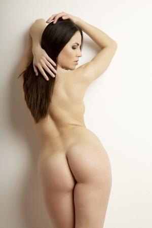 naked woman: Портрет красивых молодых взрослых чувственность брюнетка голая женщина в светлом фоне Фото со стока