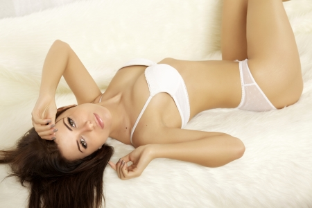 mujer sexi desnuda: Hermosa joven rubia en lencer?a acostado en la cama