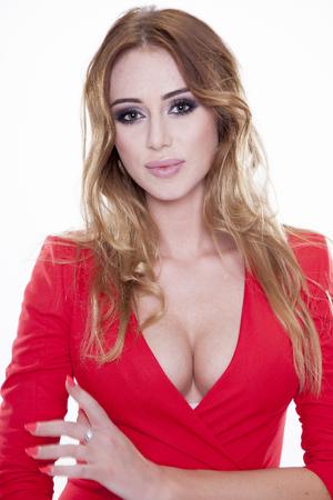Sluit omhoog portret van mooie jonge volwassen aantrekkelijke sexy en sensualiteit gelukkige glimlachende mooie blondevrouw in rode elegantie modieuze die kleding op witte achtergrond wordt geïsoleerd