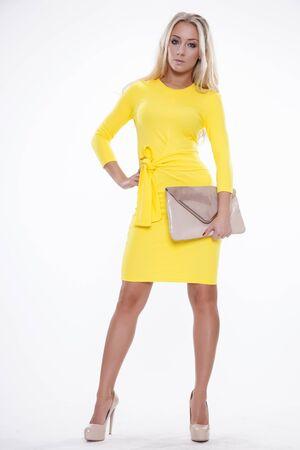 mujer rubia desnuda: Retrato de un adulto joven hermosa delgada sensualidad hermosa mujer rubia sexy y atractiva en el vestido de moda la elegancia amarilla aislada en el fondo blanco