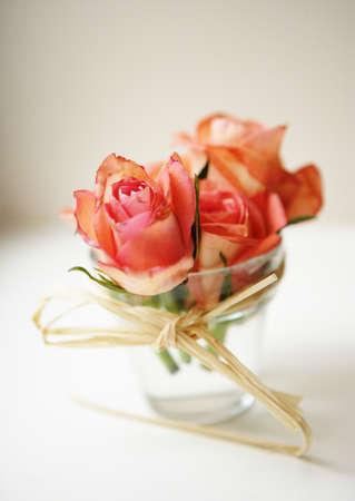 bouquet fleur: une composition de mariage de roses dans un verre