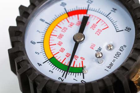 compresor: Un indicador de presión del compresor en un fondo blanco